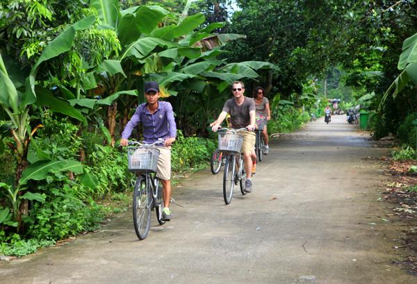 Làng Việt Hải thu hút khách nước ngoài tham quan