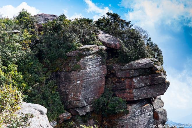Những khối đá kì dị trên đỉnh Pha Luông